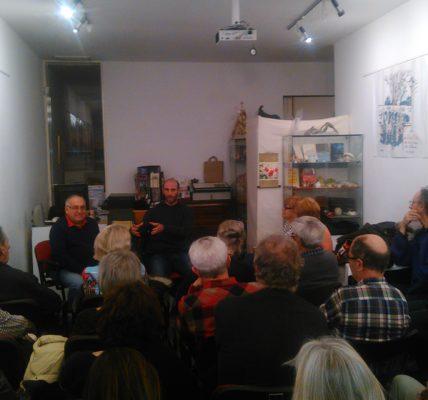 (2) Philippe PUJOL à guichet fermé pour la présentation de son livre «La chute du Monstre» à la galerie de l'Atelier des Arts